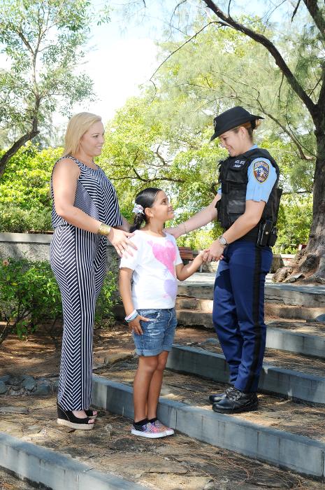 Mujer Policia saludando a niña