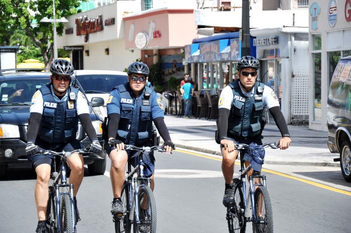 Agentes de la unidad de ciclistas patrullando