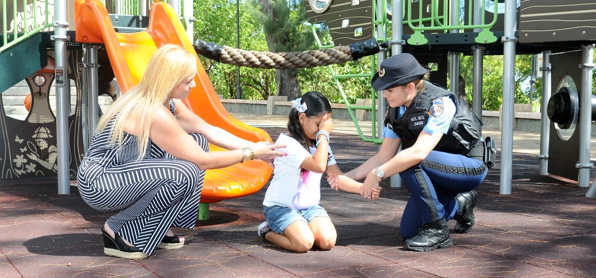 mujer-policia-ayudando-nina-y-madre