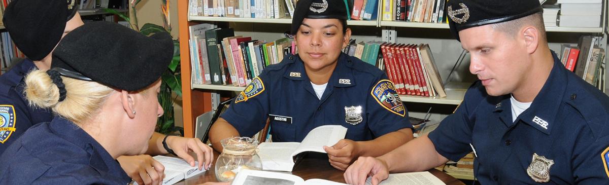 Grupo de cadetes estudiando en biblioteca