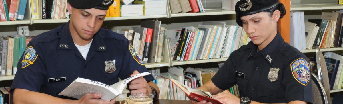Cadetes estudiando en biblioteca
