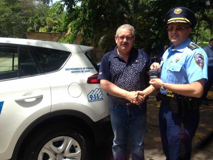 superintendente caldero entregando vehiculo nuevo area carolina