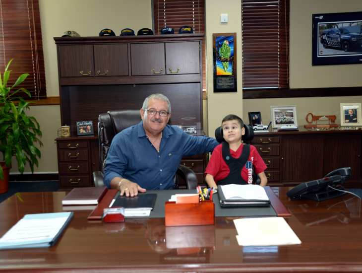 José L. Caldero López le cumplió el sueño a un niño de la Liga Atlética Policiaca del área de Aguadilla
